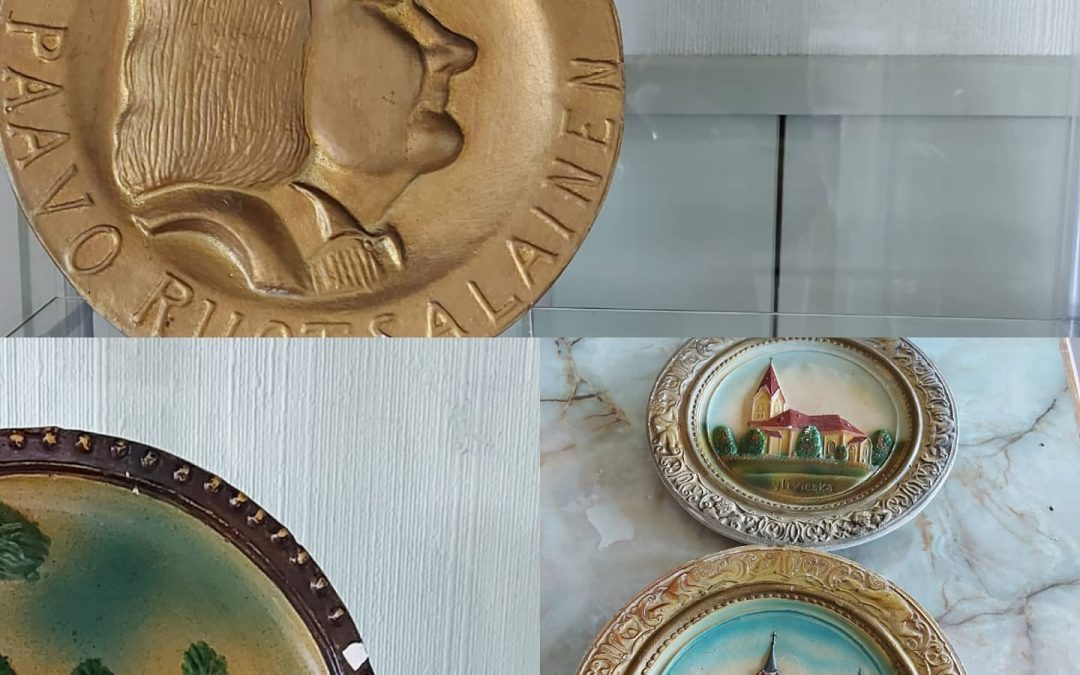 KUUKAUDEN KERÄILIJÄ: Toukokuu – Kipsitaulut – Elsa Padinkin kokoelmaa esillä Törmänhovilla